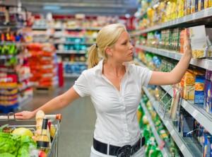 Eine Frau beim Einkauf von Lebensmittel in einem Supermarkt. Alltag einer Hausfrau